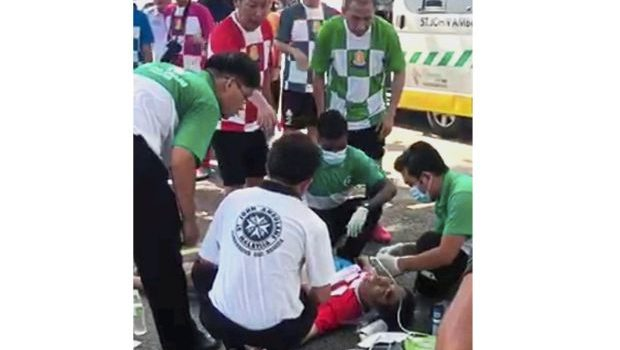 5 teens use AED to save footballer's life